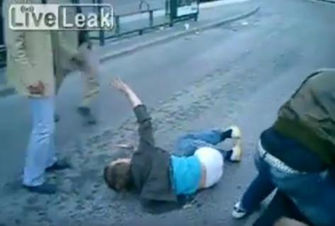 migranbt beating up Sweden-fight